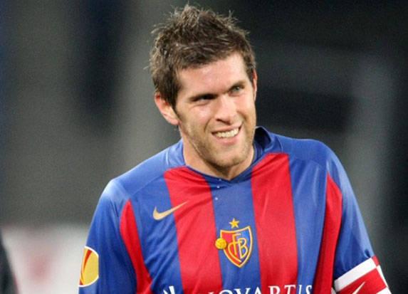 Dapi il 1998 gioga Benjamin Huggel per l'FC Basilea.