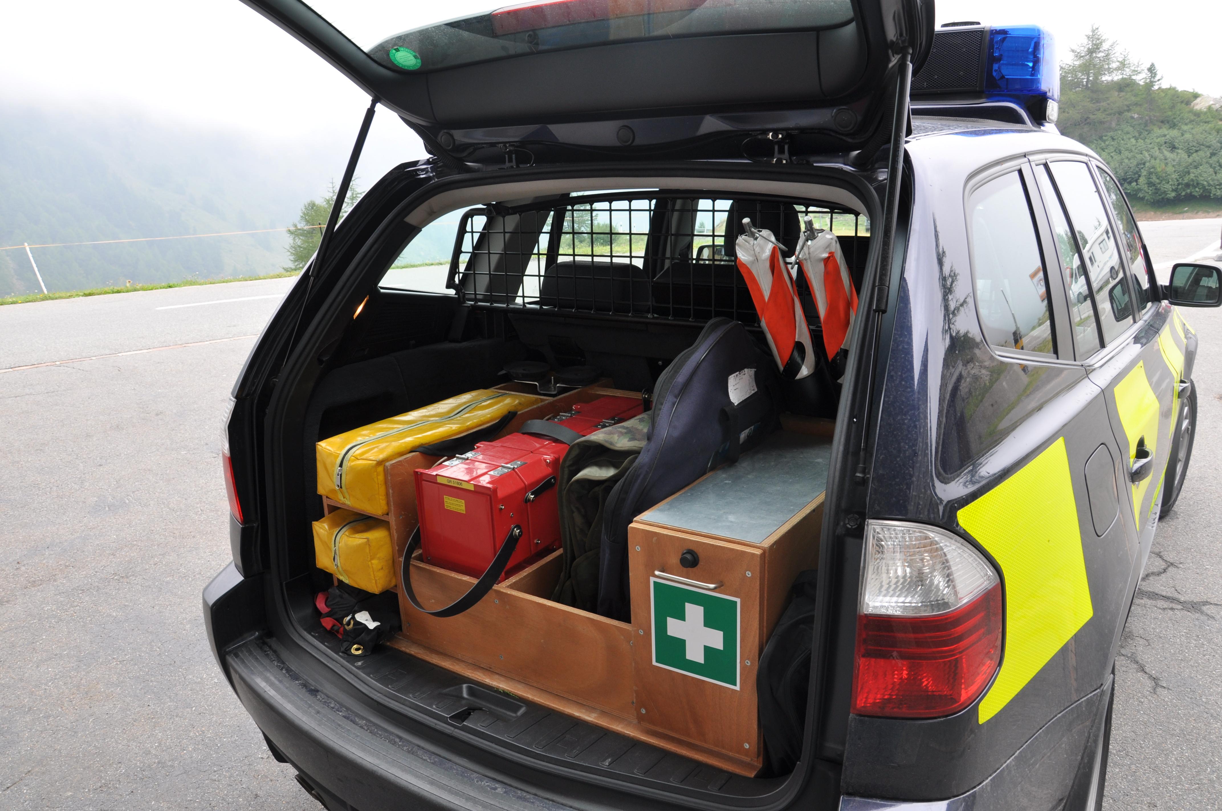 L'equipament da la guardia da cunfin en l'auto.