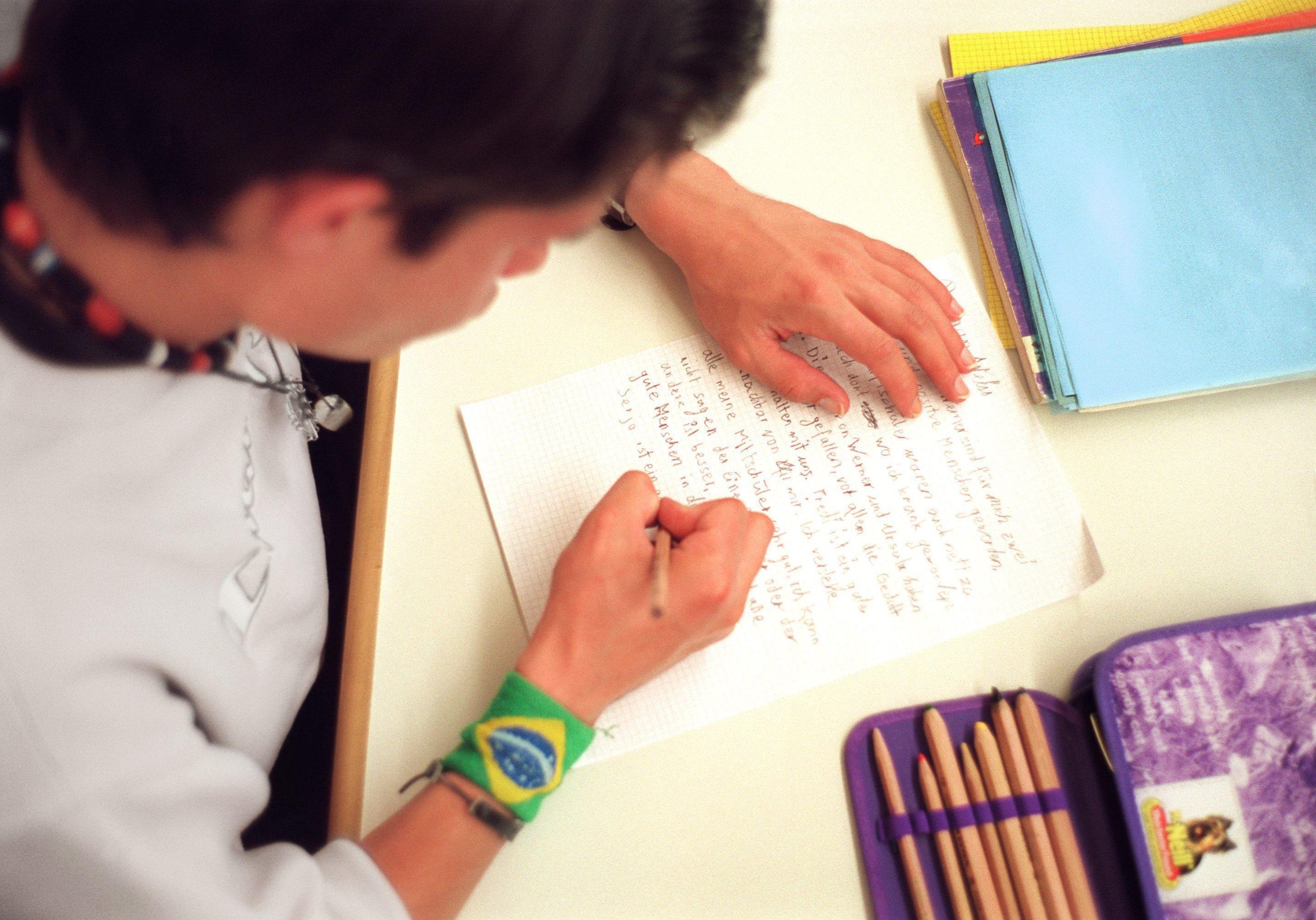 In scolar scriva in text en scola.