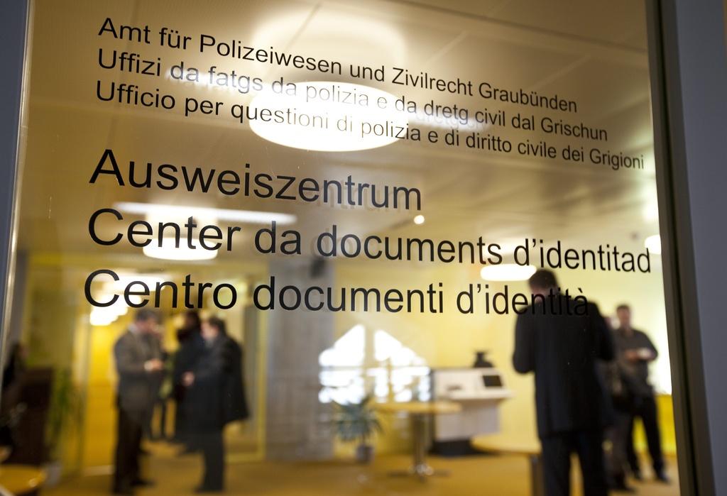 Il center d'identitad a Cuira n'ha betg pudì far las 17'000 novas cartas d'identitad ad onn che fissan stadas planisadas.