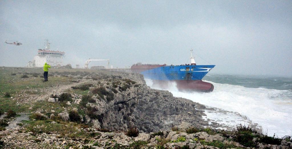 La nav-cisterna ch'ha urtà il grip avant la costa da la Sicilia.