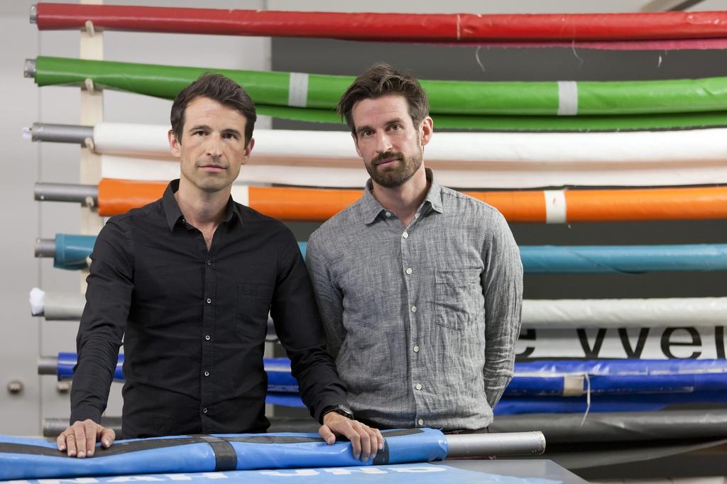 Markus e Daniel Freitag, ils dus fundaturs da la fatschenta Freitag èn loschs da l'exposiziun en il museum per creaziun a Turitg.