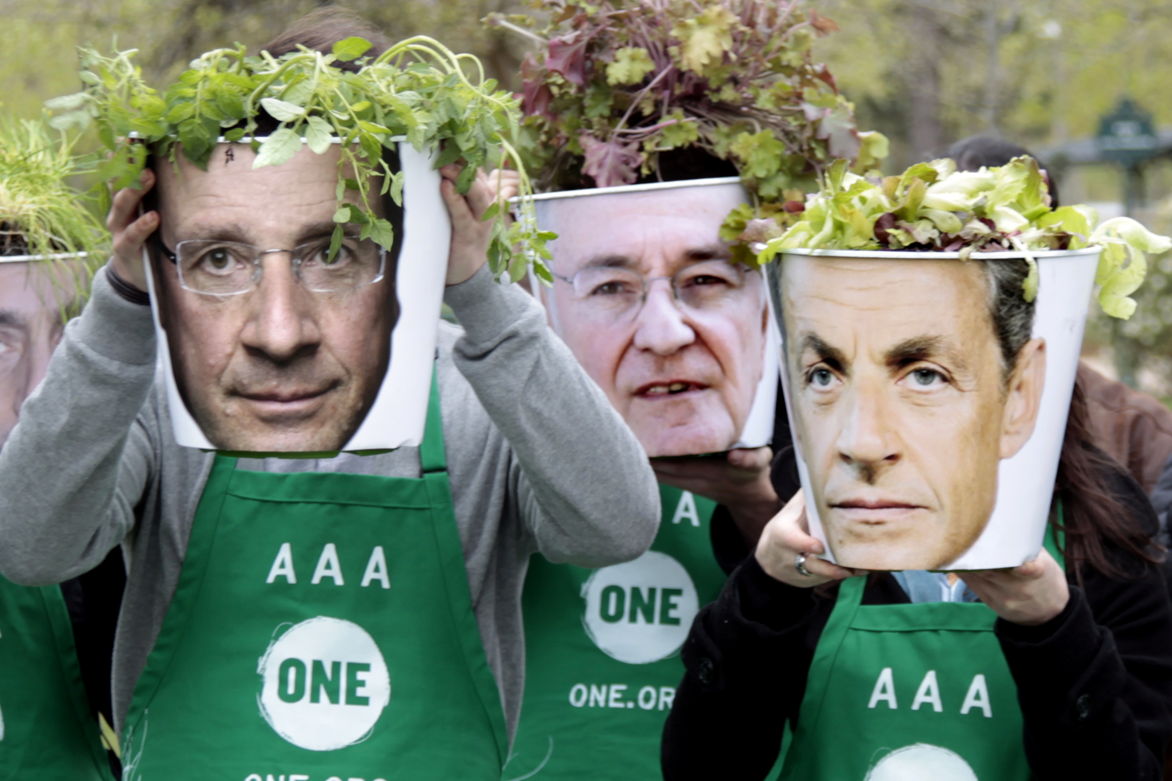 Il socialist François Hollande (san.) sco era il president actual Nicolas Sarkozy (dretg) vulan anc persvader ils Franzos che n'han betg decidì tgi eleger.