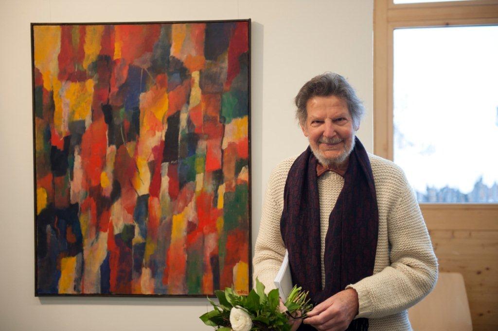 """Constant Könz, il victur dal """"Premi Cultural Paradies"""" 2012, davant ses maletg."""