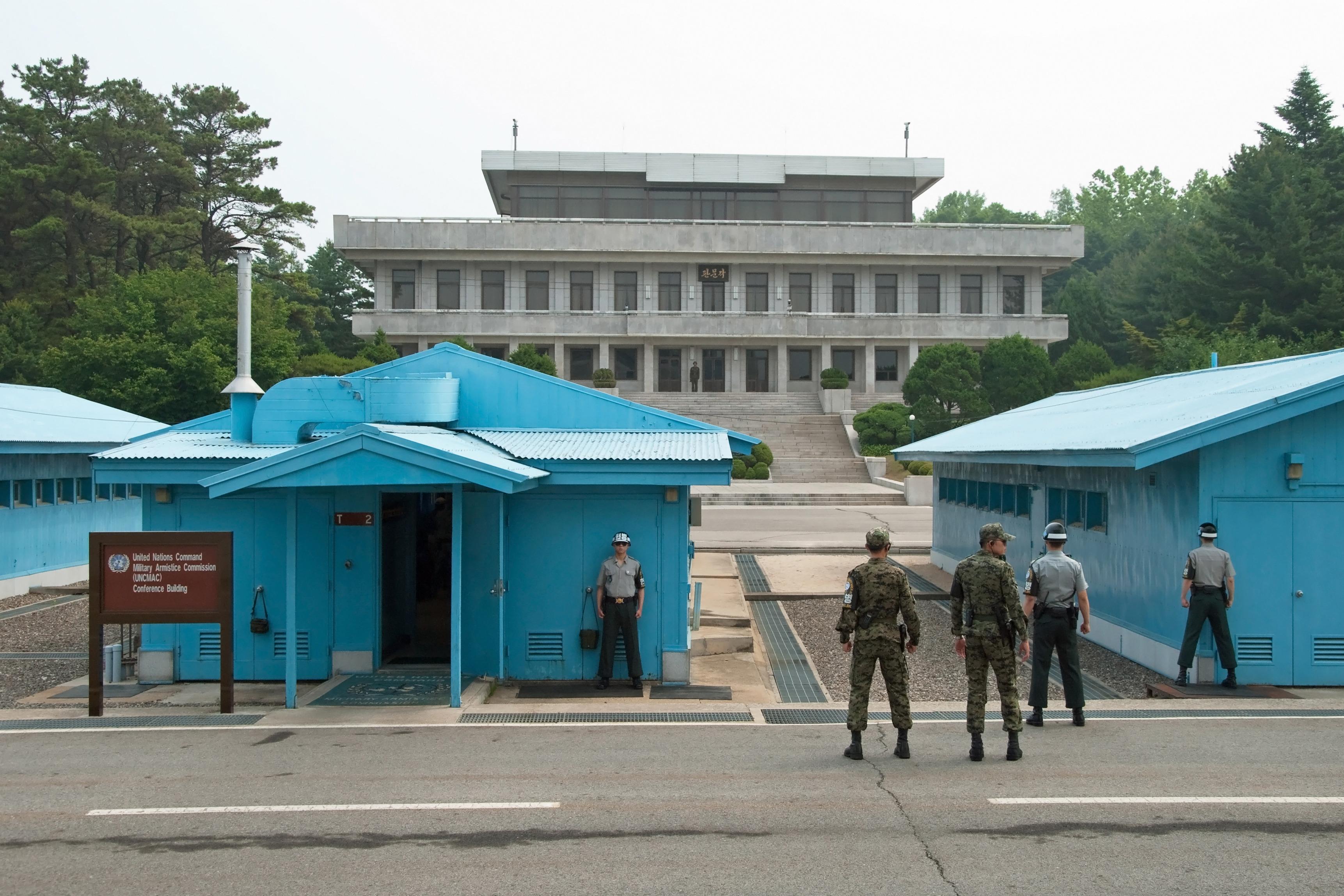 Schuldads da la Corea dal Sid en la zona demilitarisada.
