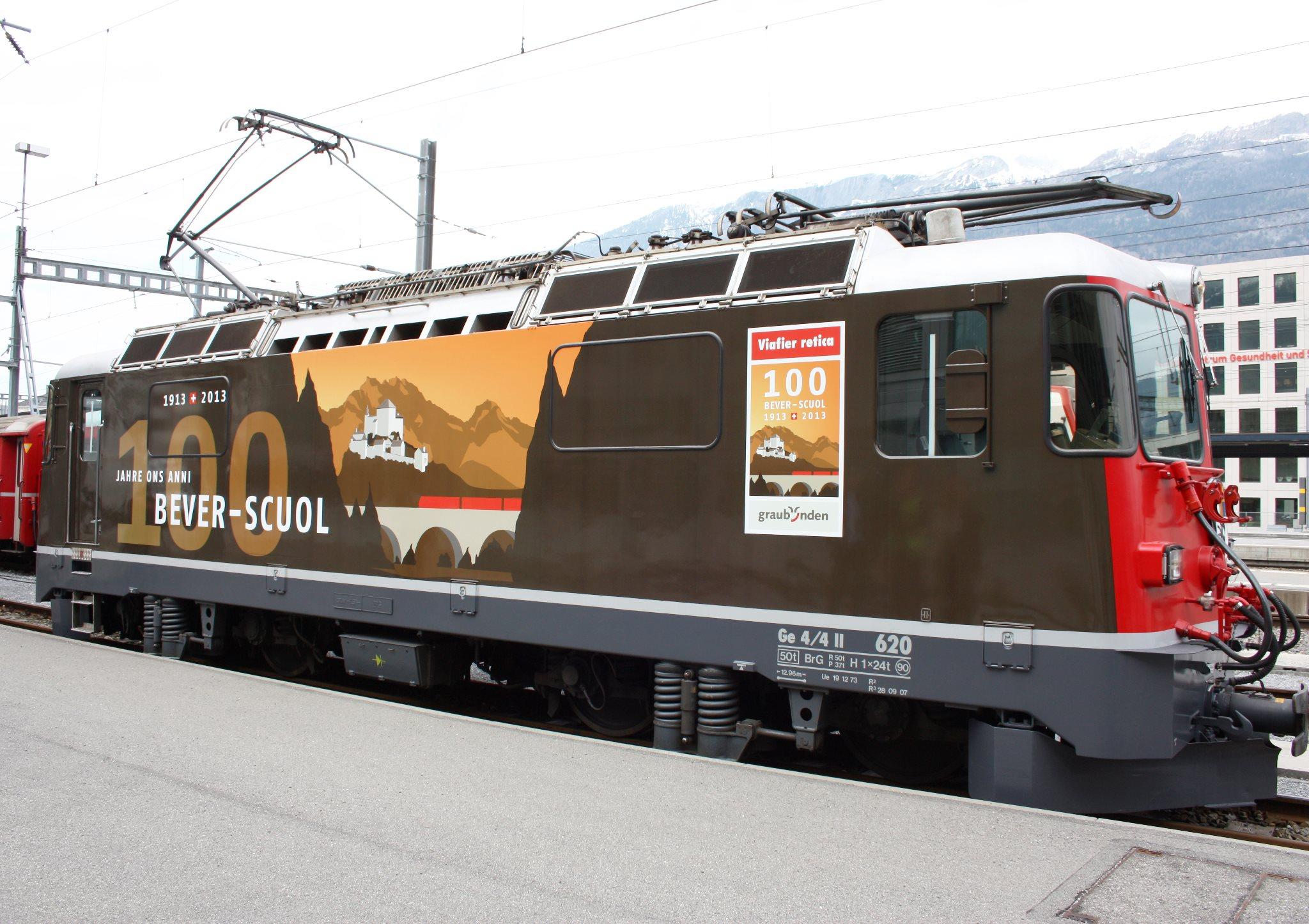 """La locomotvia da giubileum Ge 4/ II 620 """"Zernez"""" cun la designaziun """"100 onns Bever-Scuol""""."""