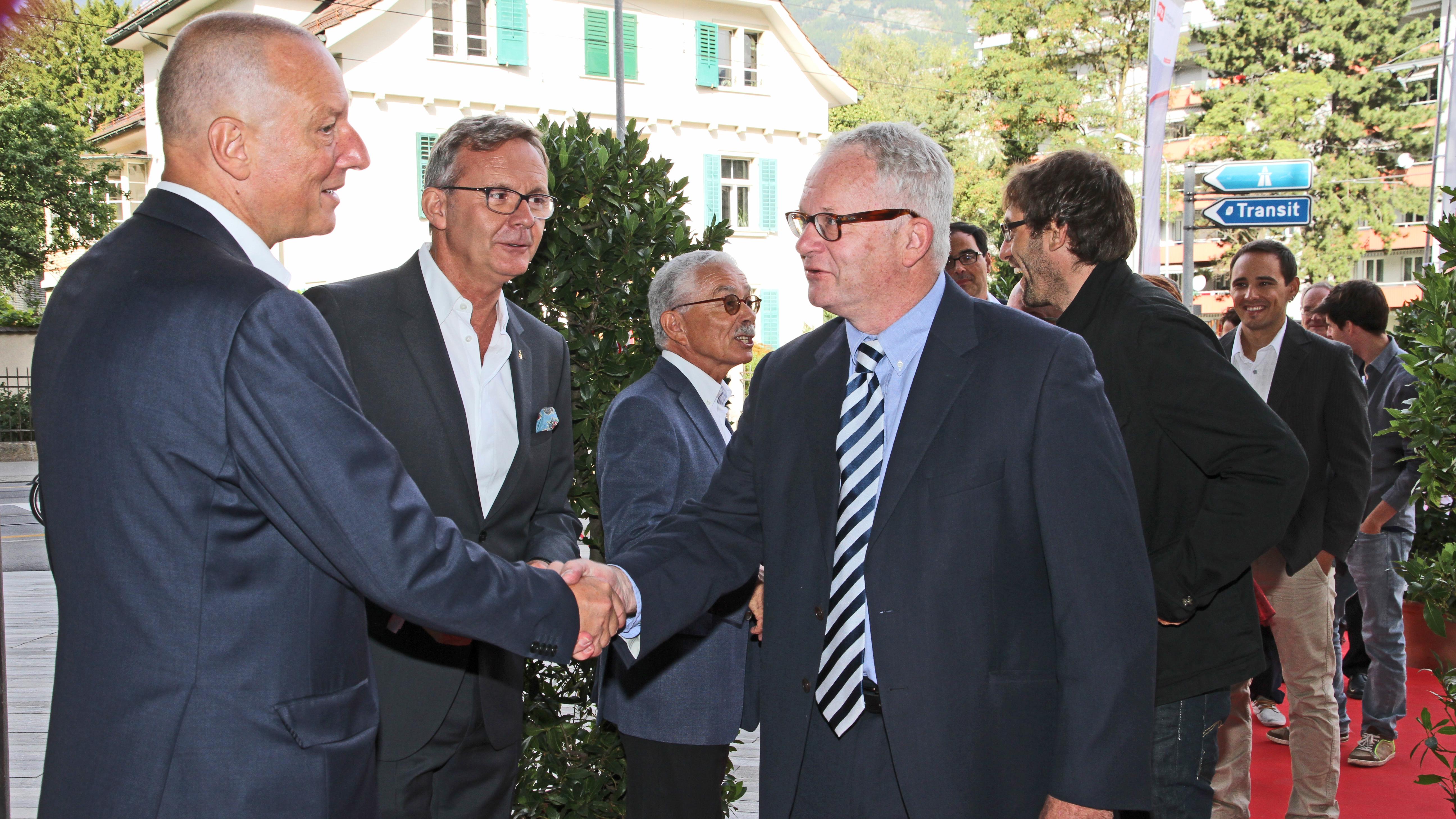 Roger de Weck, il directur da la SSR, Mariano Tschuor, il directur da RTR ed Oscar Knapp, il president da la SRG.R beneventan ils giasts.