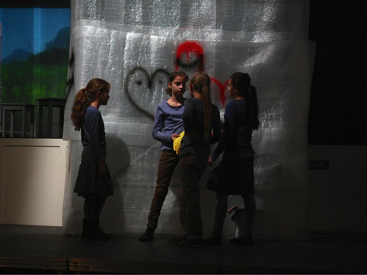 Impressiun d'ina emprova dal teater musical «Bling Bling, revolta en casa La Tuor».
