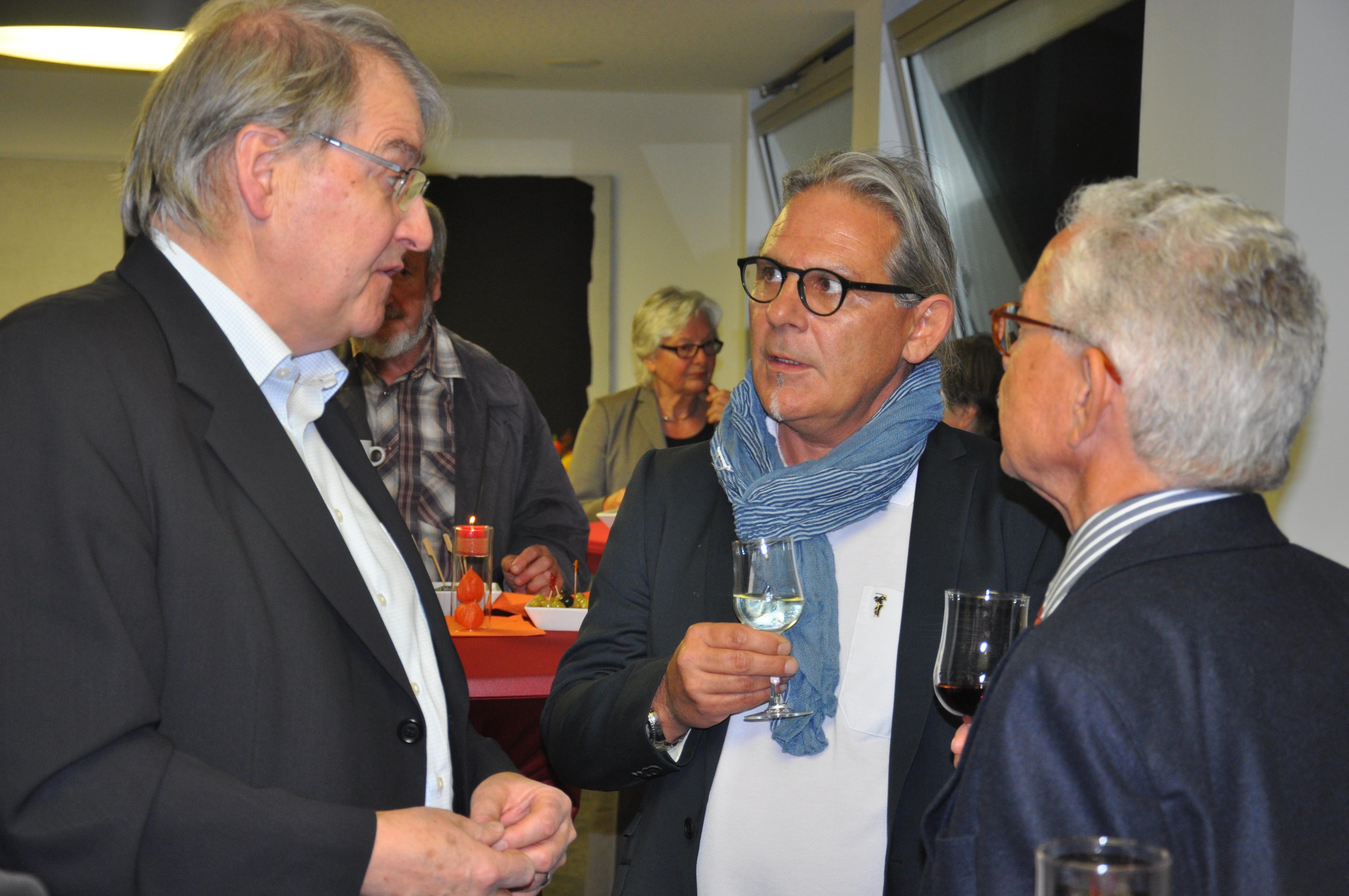 "(da san.) Carlo Portner, president da la cumissiun ""Promoziun da cultura chantun Grischun""; Eligi Derungs, redactur RTR; Oscar Knapp, president SRG.R."