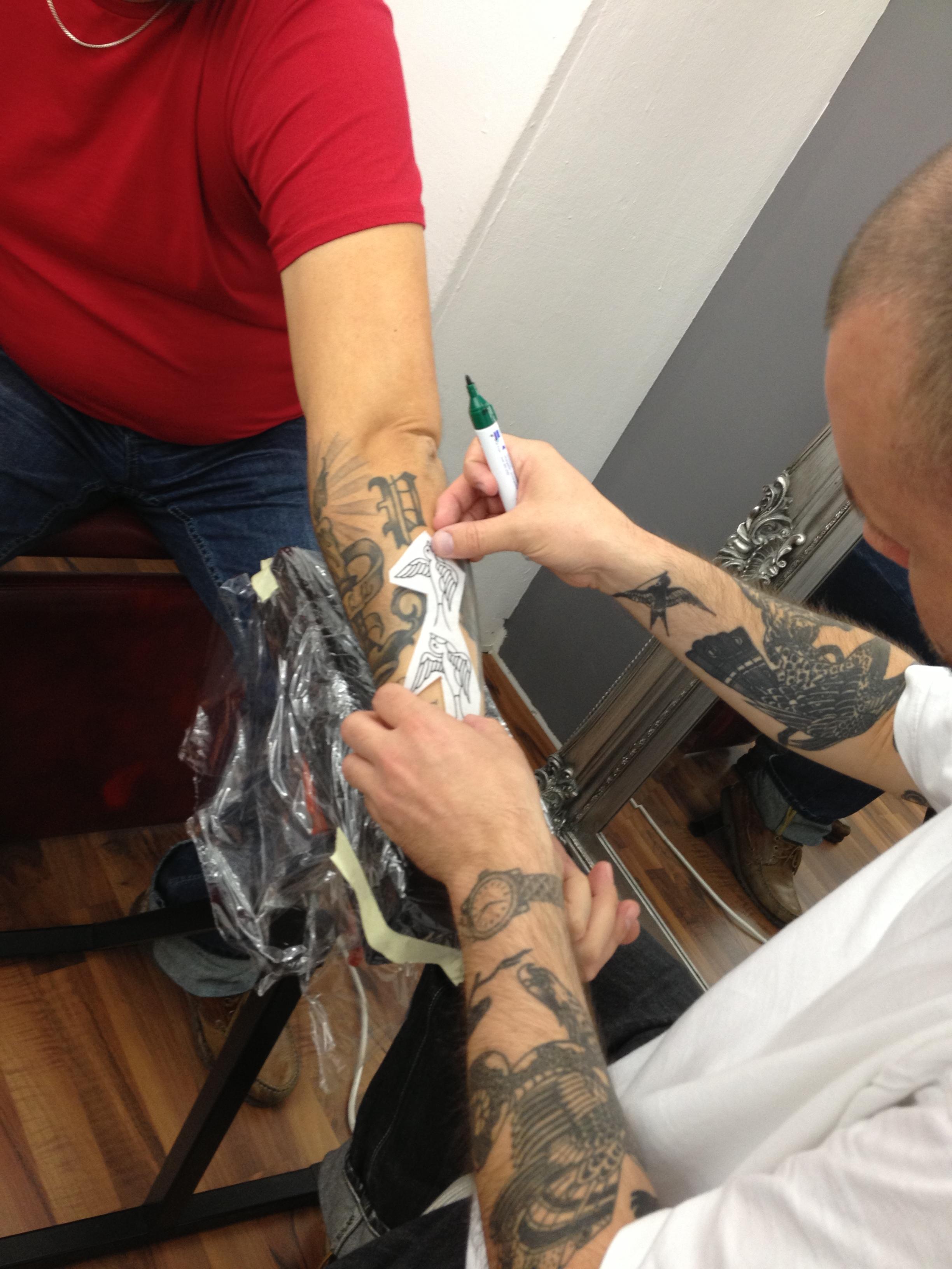 Il tetovader da Berna Jan tetovescha ad in client duas randulinas. Ed er il tetovader sez porta ina randulina sut la pel. Tgi vesa nua?