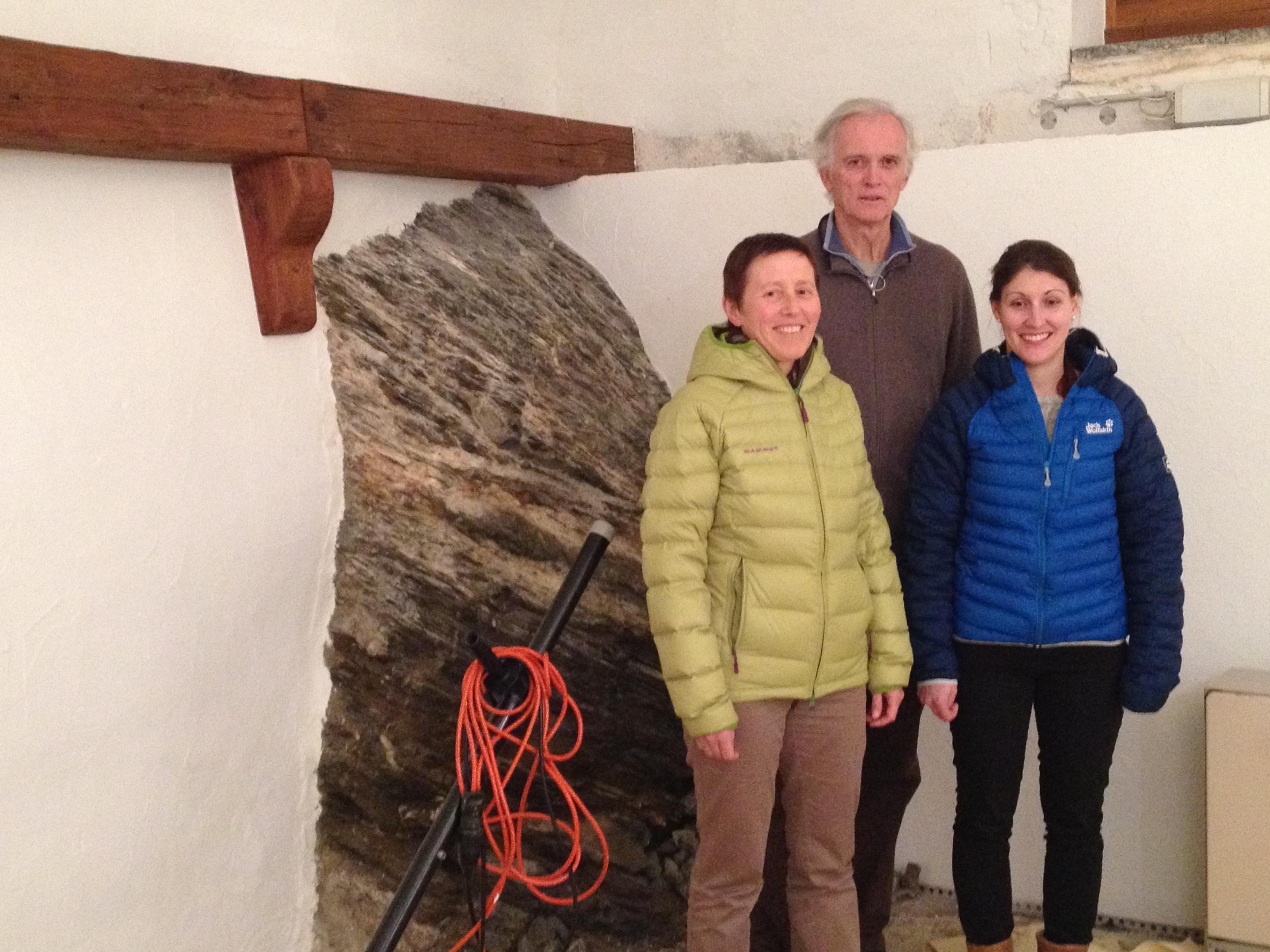 Bainbaud è tut pront: Gianna Bettina Gritti, Nicola Deichmann e Nataglia Caviezel s'allegran sin la reavertura da la Grotta da Cultura en las novas localitads a Sent.