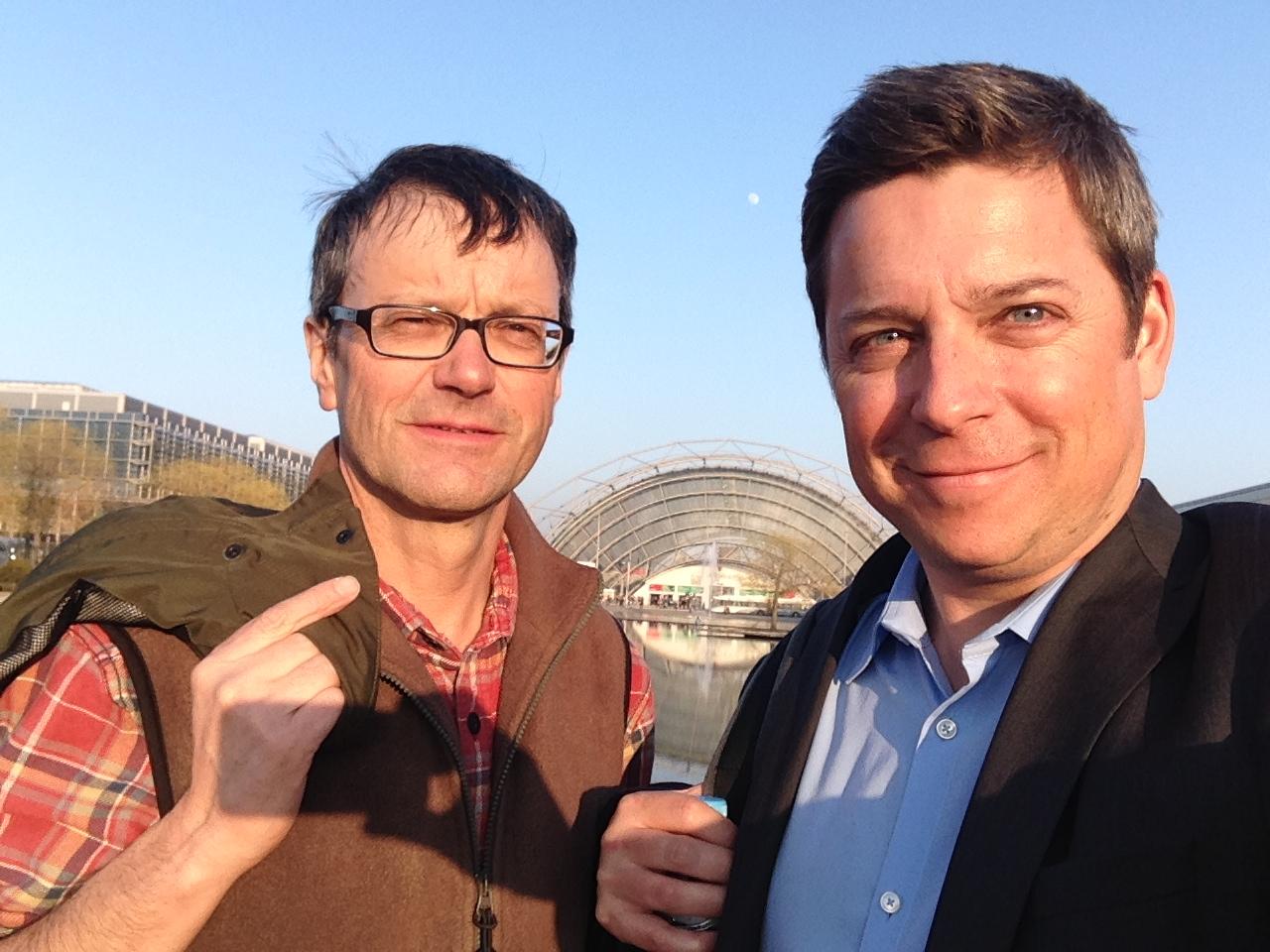 Leo Tuor (sanester) e Claudio Spescha avant l'areal da la Fiera da cudeschs a Leipzig