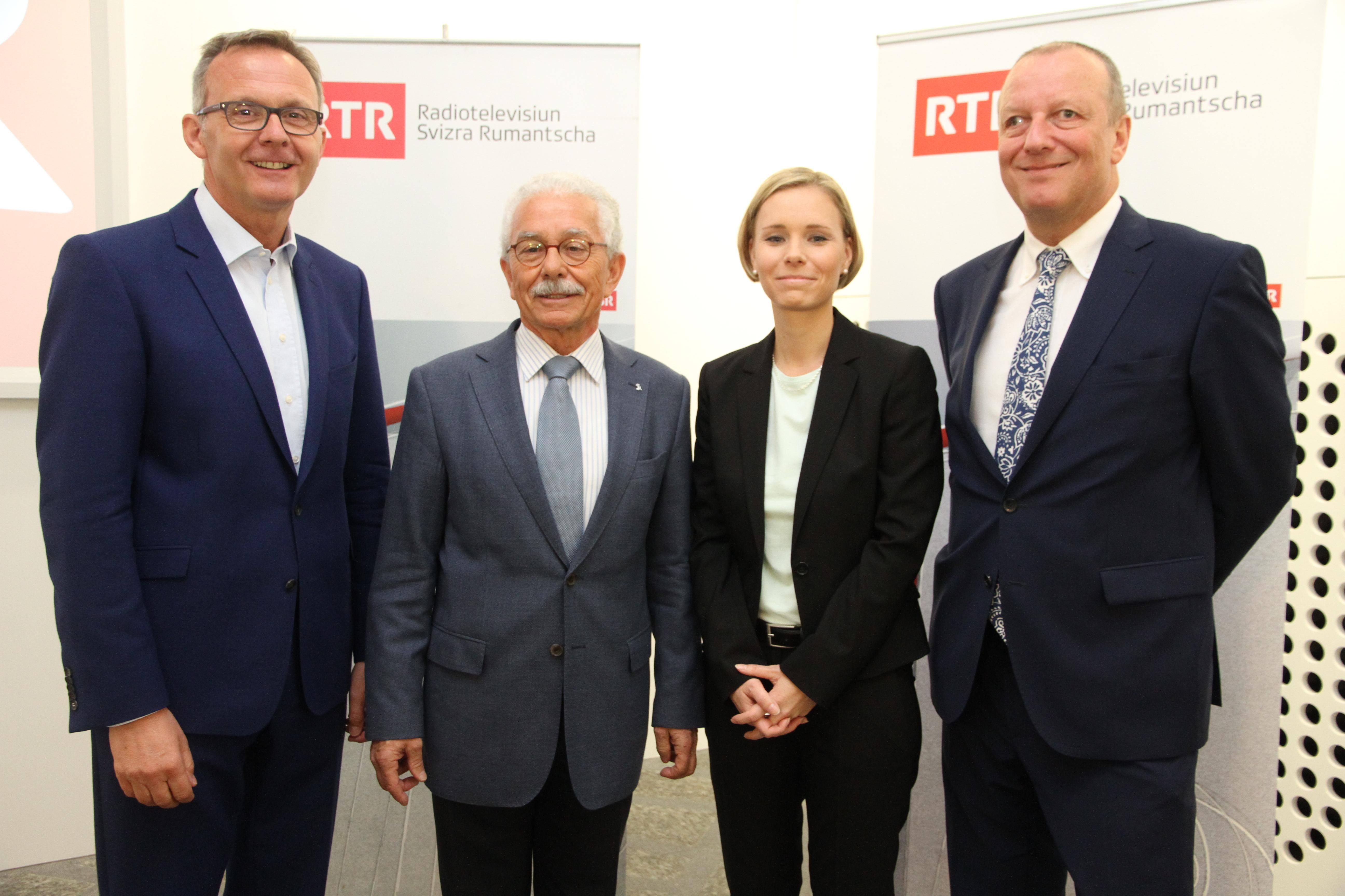Da san.: Mariano Tschuor, il directur actual da RTR; Oscar Knapp, il president da la SRG.R; Ladina Heimgartner, la directura futura da RTR; e Roger de Weck, il directur general da la SRG SSR.