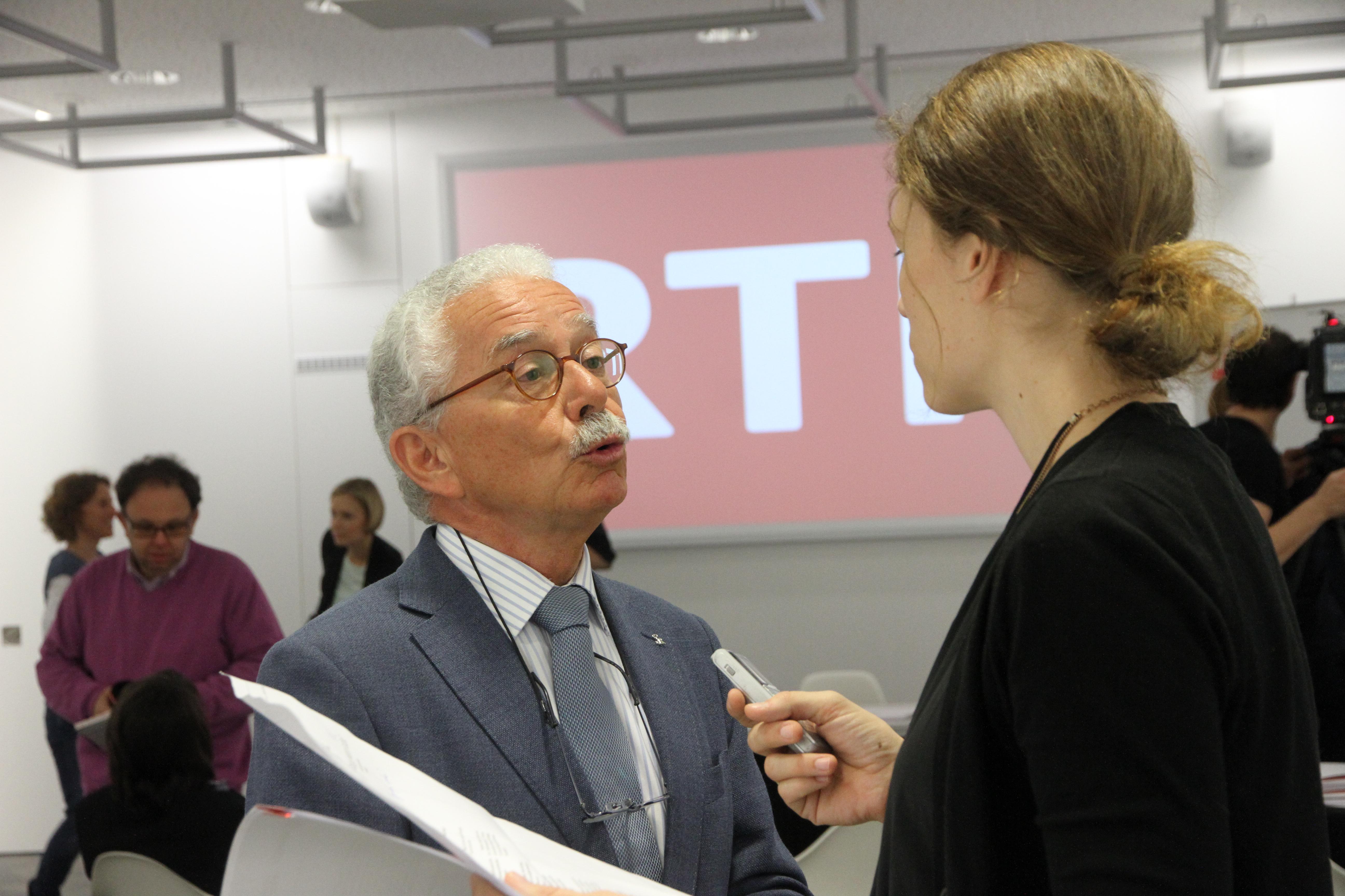 La redactura dal Tagblatt, Sabrina Bundi, discurra cun il president da la SRG.R, Oscar Knapp.