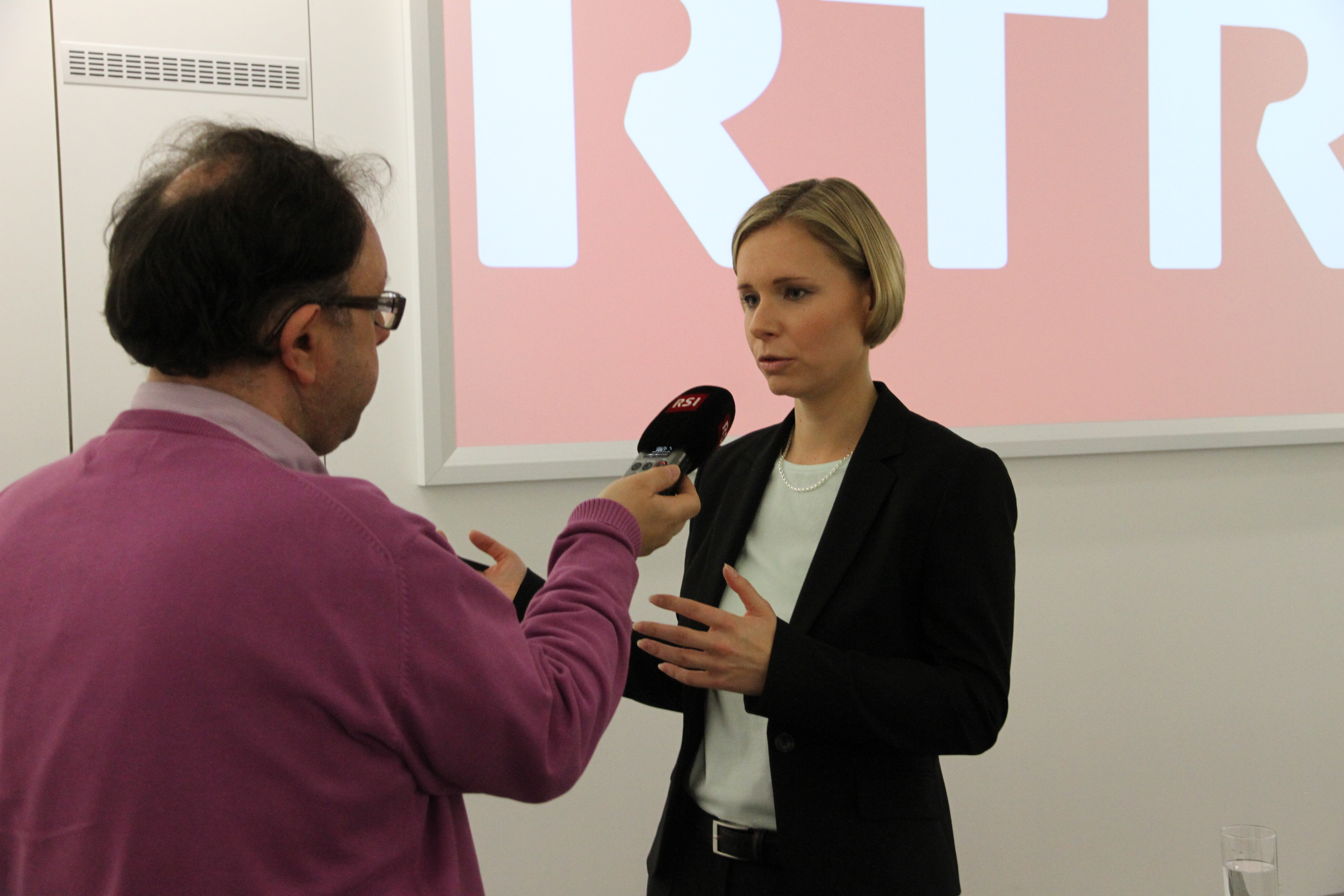Ladina Heimgartner en discurs cun il redactur da RSI, Roberto Scolla.