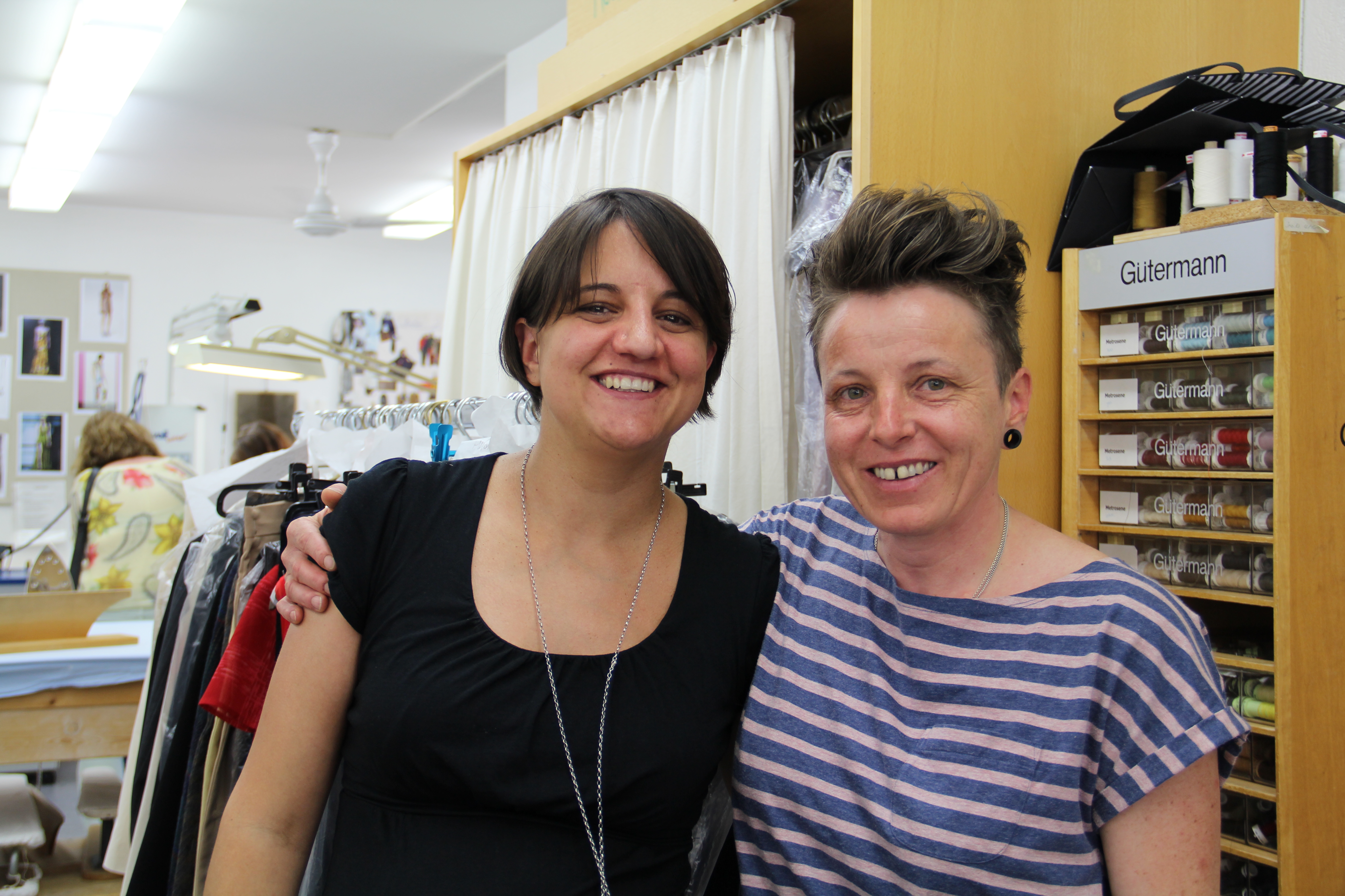 Irena Blumenthal, la menadra da l'atelier e Jacqueline Cavegn dil Laki mi.