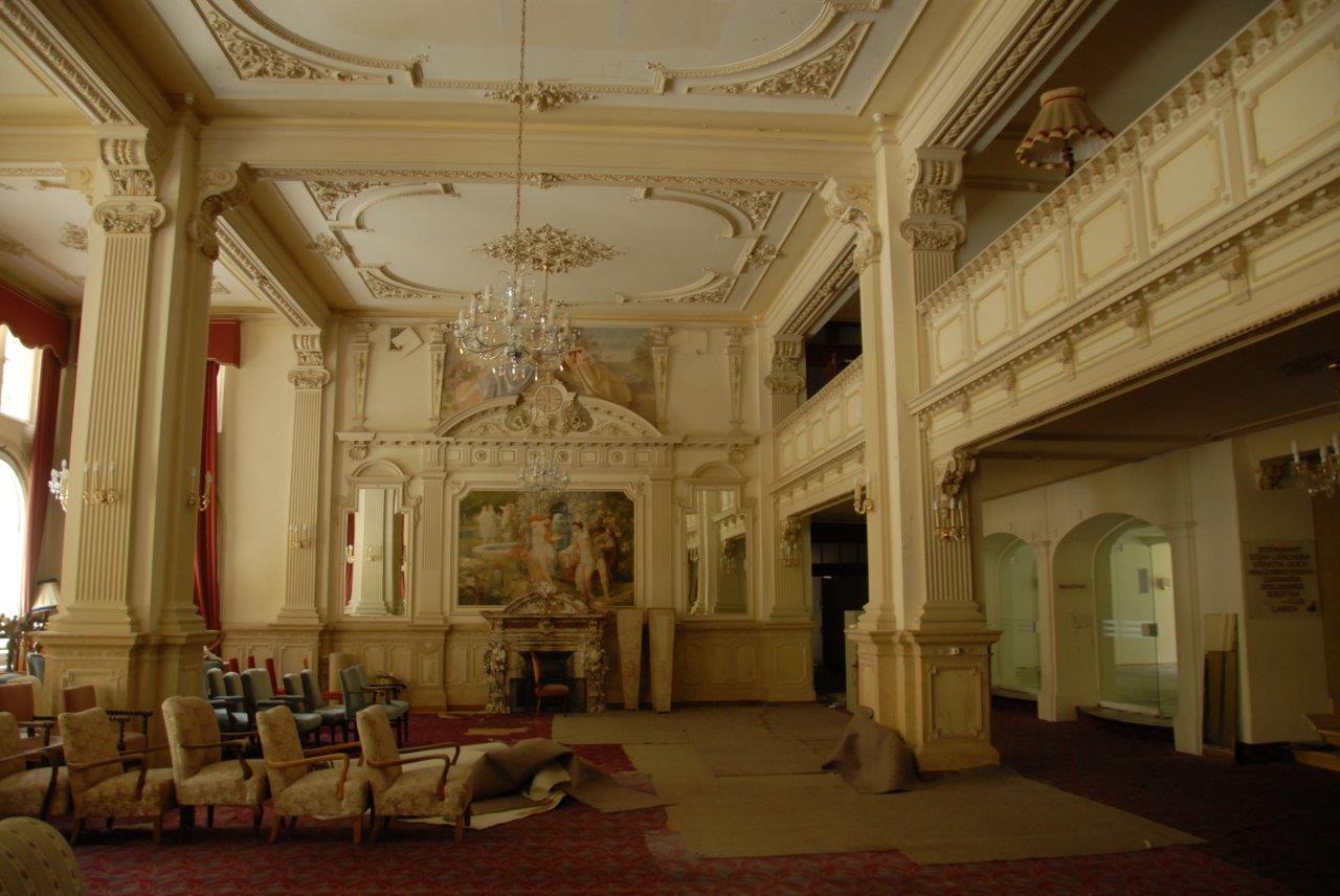 La halla d'entrada en l'hotel Palace a Scuol.