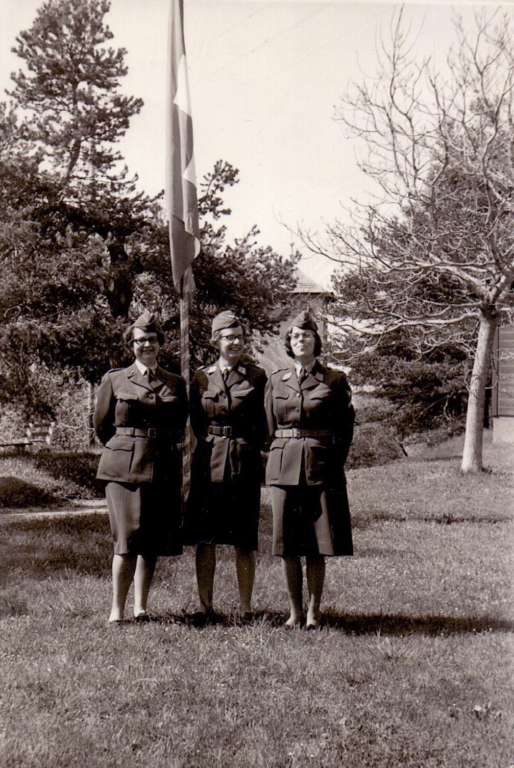 Emilia Cavegn (dretg) retschaiva il grad «Feldweibelin – primsergenta».