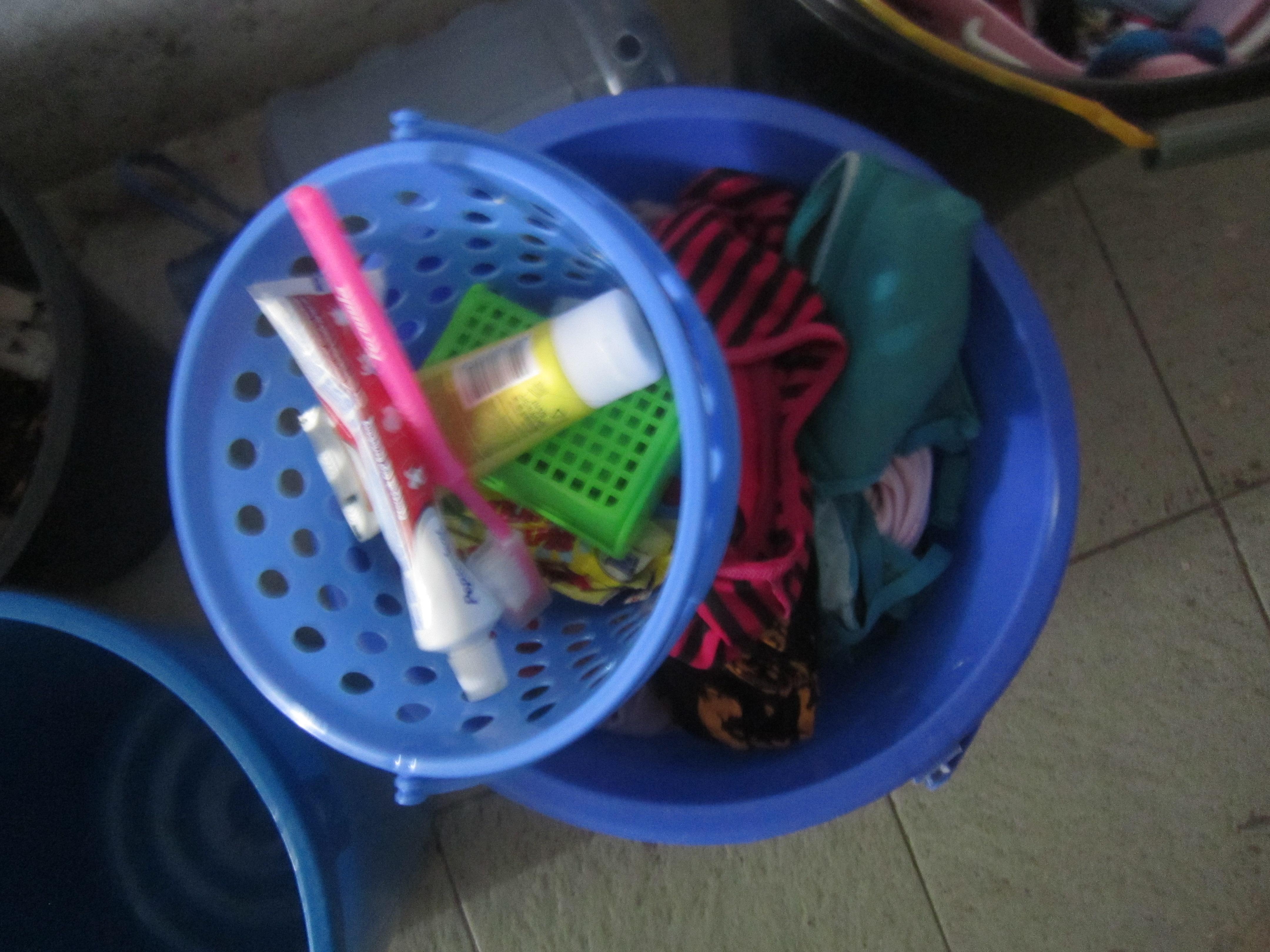 Vestgadira tschuffa per prender a chasa ed accessoirs da tualetta.