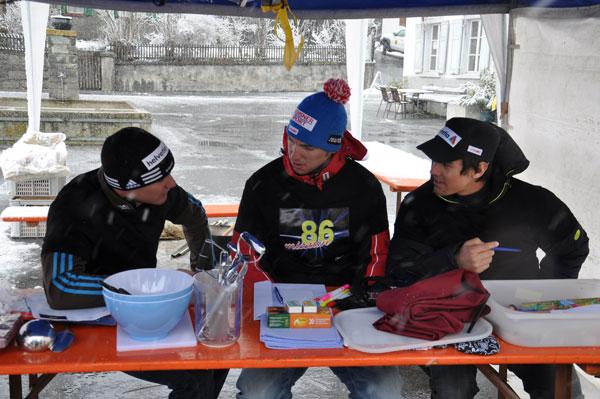 Dario, Carlo e Sandro studegian tge scriver sin l'invitaziun